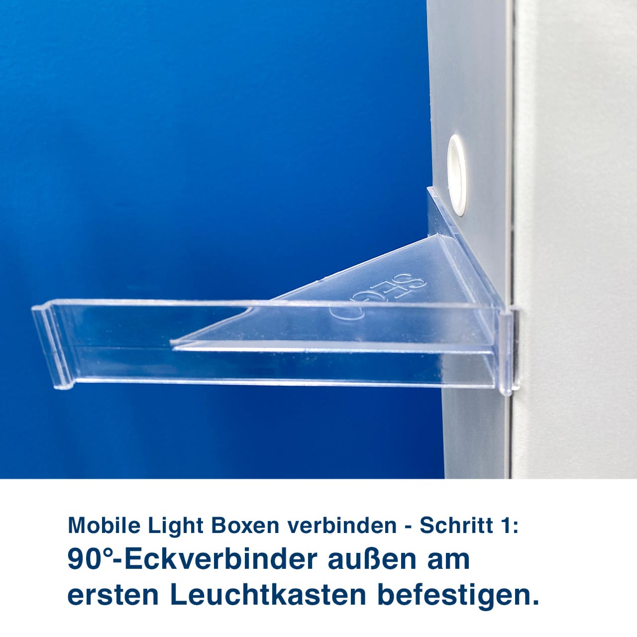 Mobile Light Boxen verbinden - Schritt 1:  90°-Eckverbinder außen am  ersten Leuchtkasten befestigen.