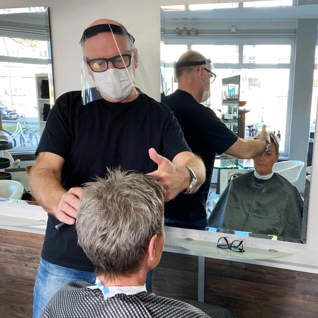 Klarsichtiger Gesichtsschutz aus transparenter Polyesterfolie für Friseure
