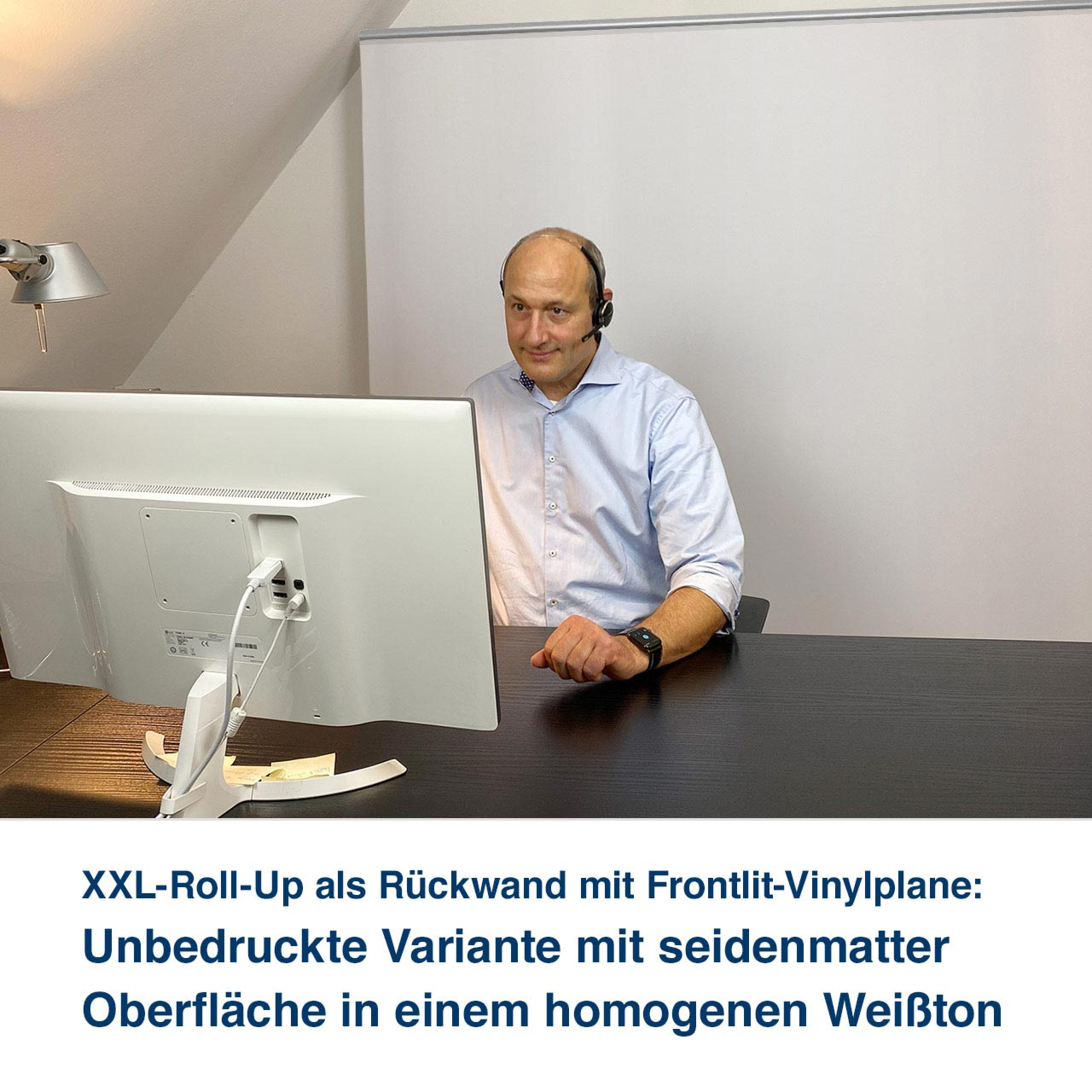 XXL-Roll-Up als Rückwand mit Frontlit-Vinylplane:   Unbedruckte Variante mit seidenmatter  Oberfläche in einem homogenen Weißton
