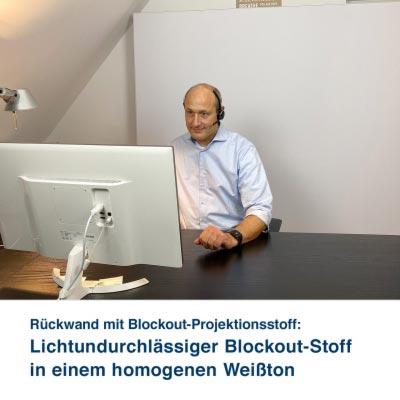 Rückwand mit Blockout-Projektionsstoff:   Lichtundurchlässiger Blockout-Stoff in einem homogenen Weißton